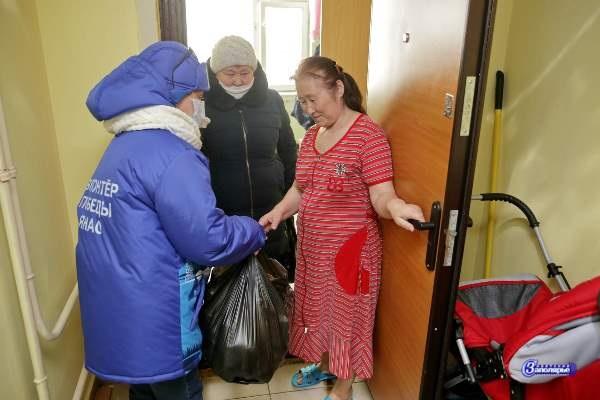 волонтеры помогают на самоизоляции
