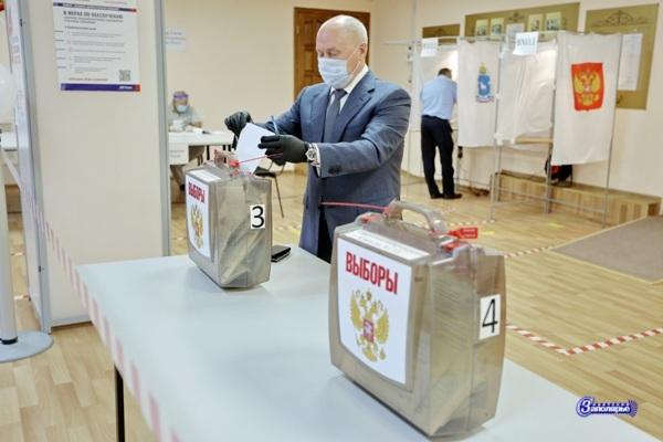 Василий Паршаков голосует за поправки в Конституцию